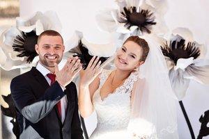 Прекрасная черно-белая свадьба с анемонами в мясном ресторане «Marinad»