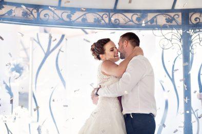 """Прекрасная черно-белая свадьба с анемонами в мясном ресторане """"Marinad"""""""