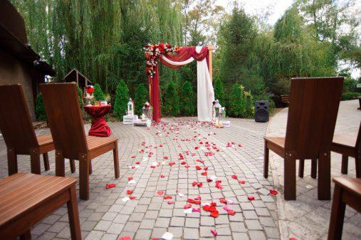 Осенняя выездная церемония в цвете марсала